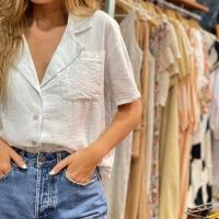 Con un vaquero y con lo que quieras, esta camisa de lino queda de 💯  #heynikki #tiendaonline #camisas #ropamujer